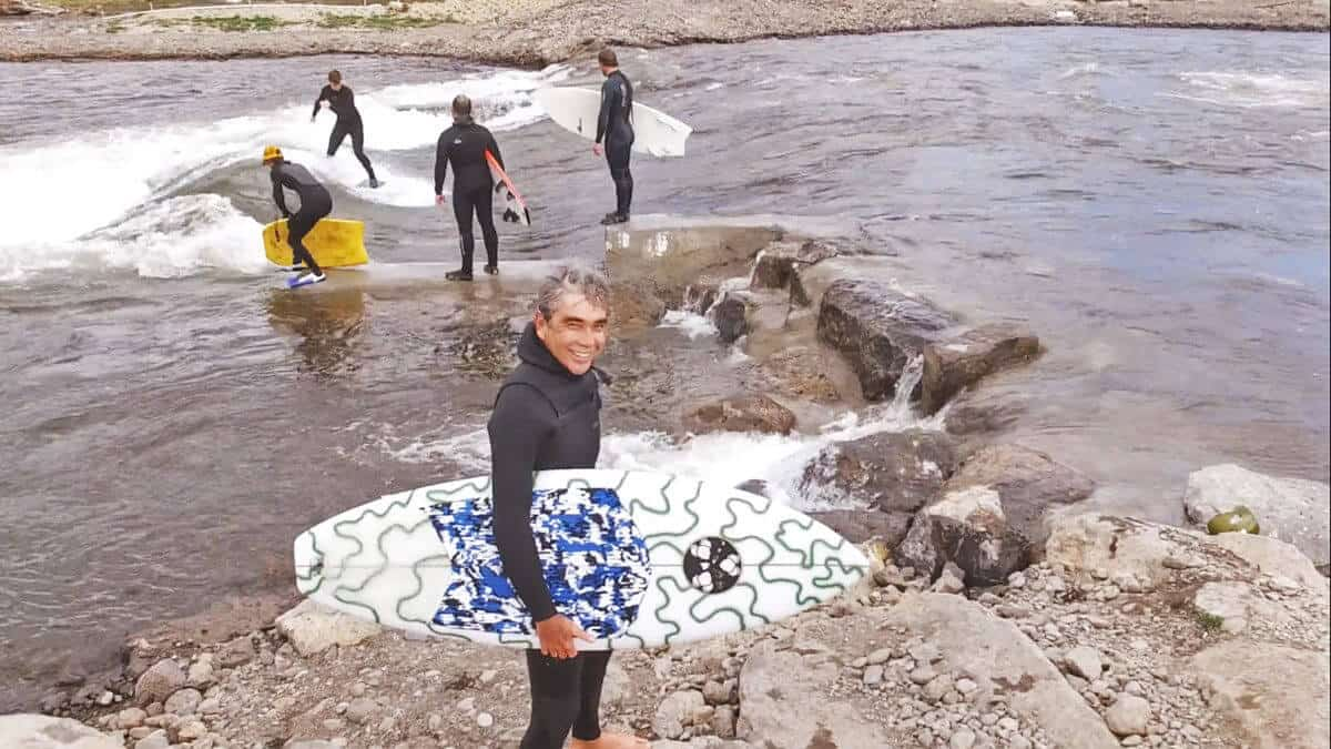 Gerry López surfeando en agua dulce