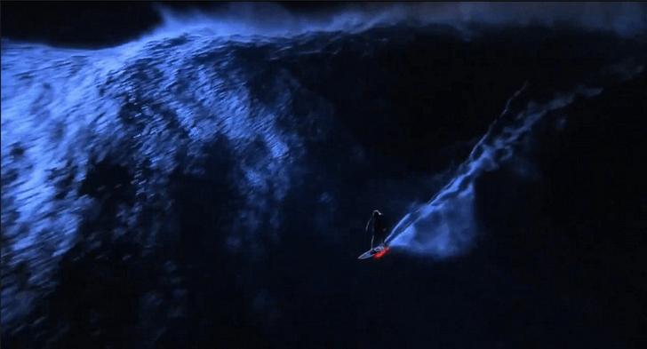 Mark Visser surfeando Jaws de noche