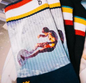 Jeff Divine el mejor fotógrafo de surf del siglo pasado y su nueva colección de calcetines
