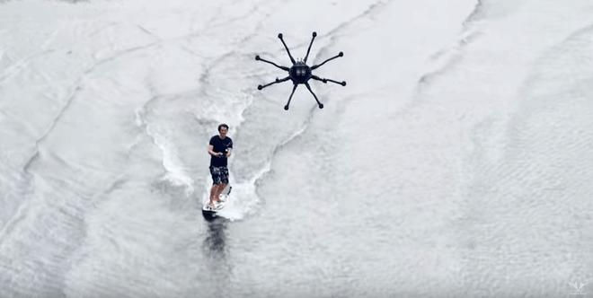 """Una nueva modalidad de surf: el """"dronesurfing"""""""