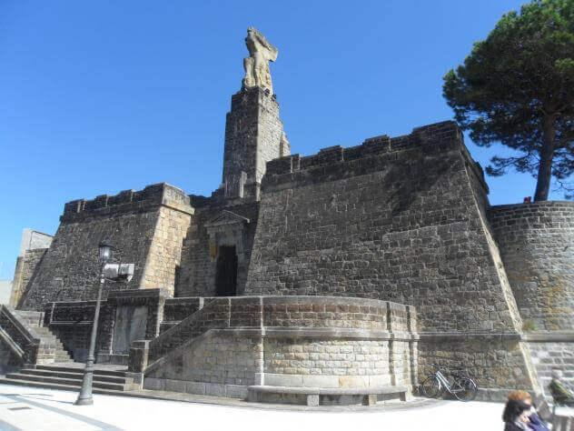 Monumento de Juan Sebastián Elcano, sobre un antiguo baluarte de la muralla