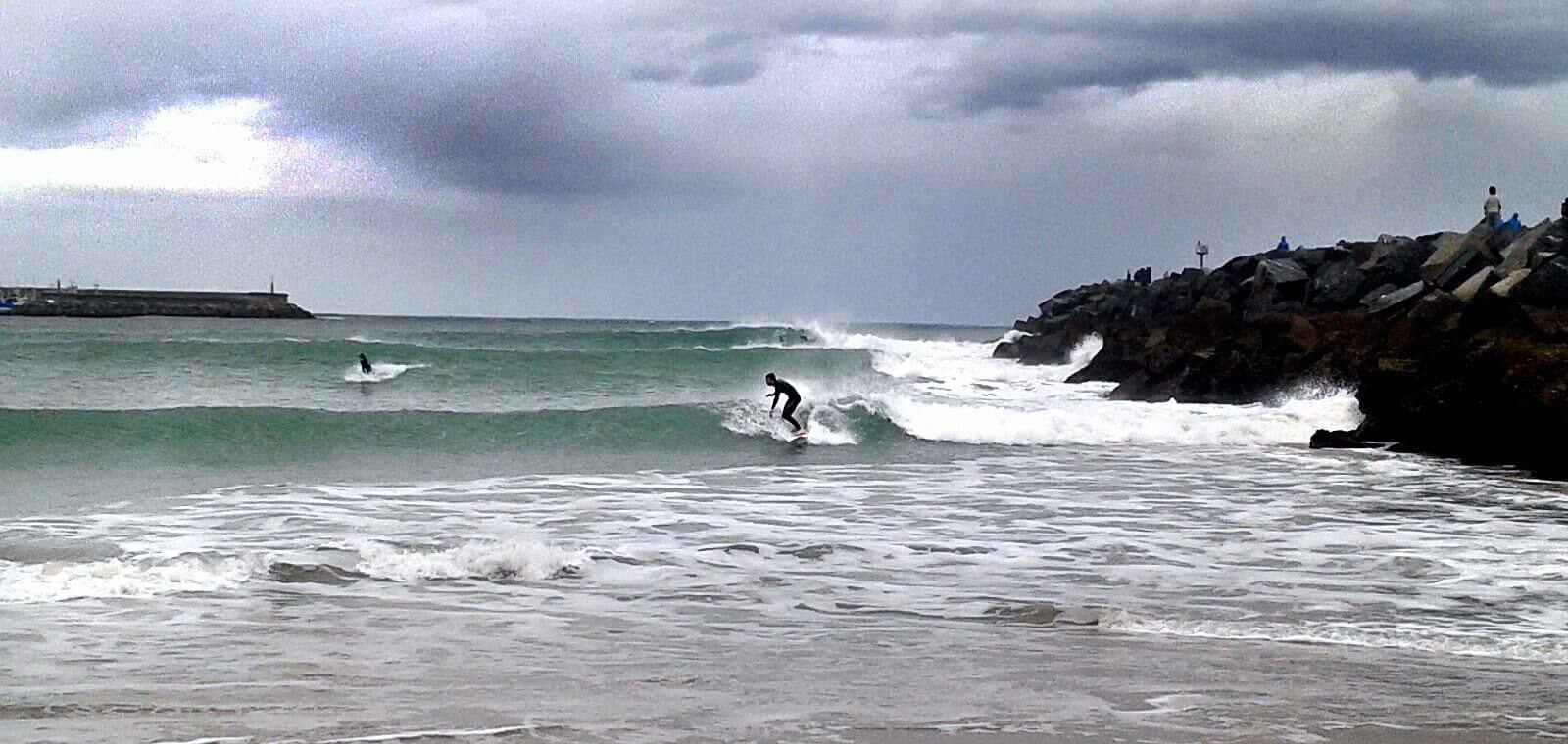 Olas playa de Hondarribia junto al espigón