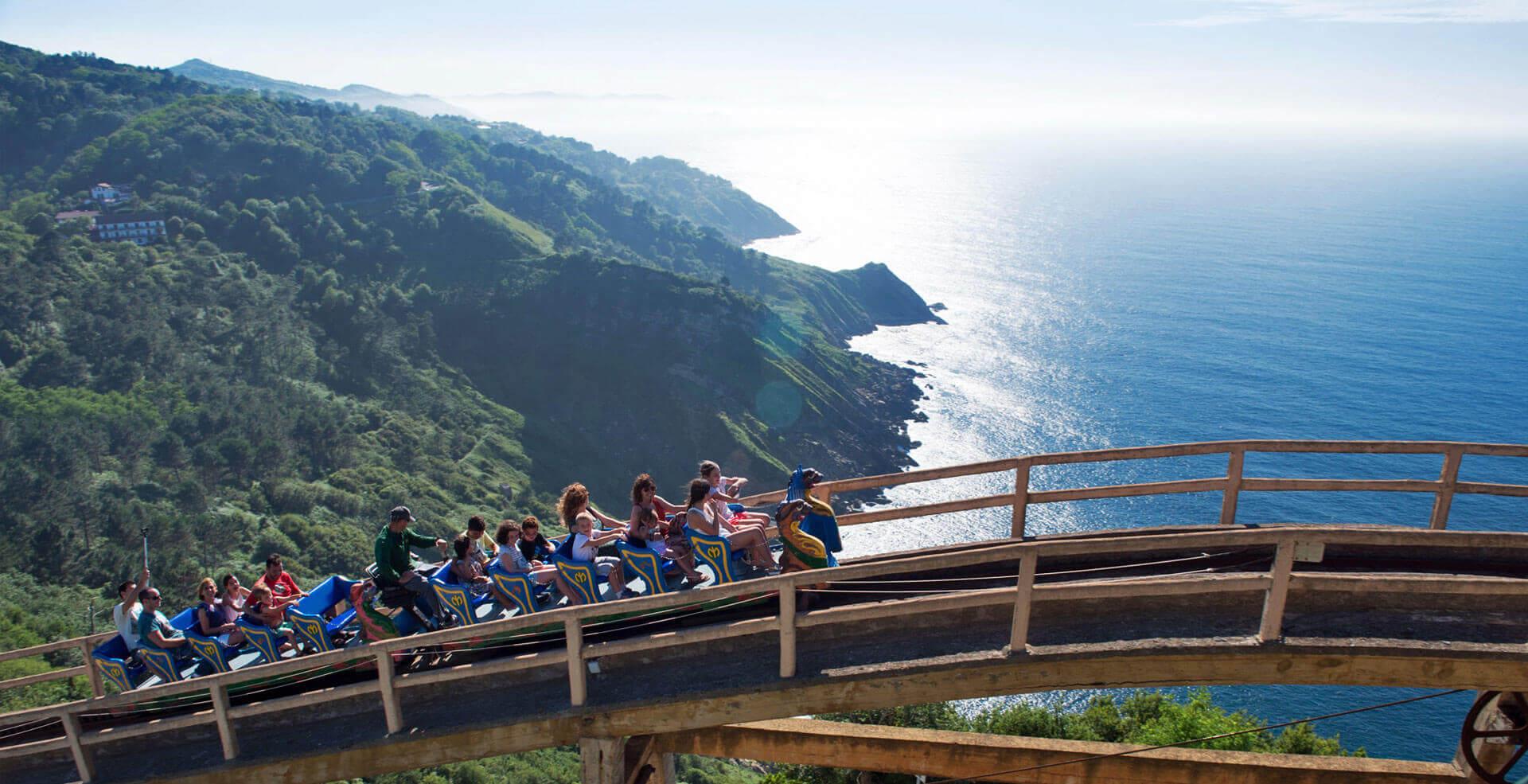 Montaña rusa del parque de atracciones del Monte Igueldo San Sebastián