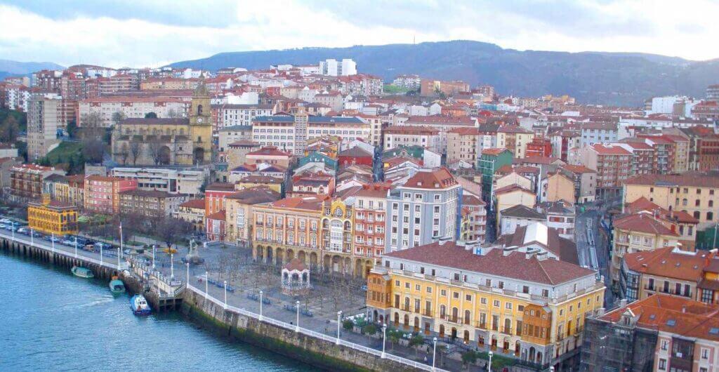Vista de Portugalete con su iglesia al fondo