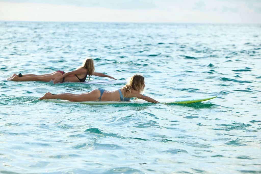 Remada con tabla de surf evolutiva