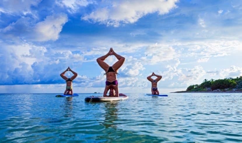 Practicar yoga en un SUP