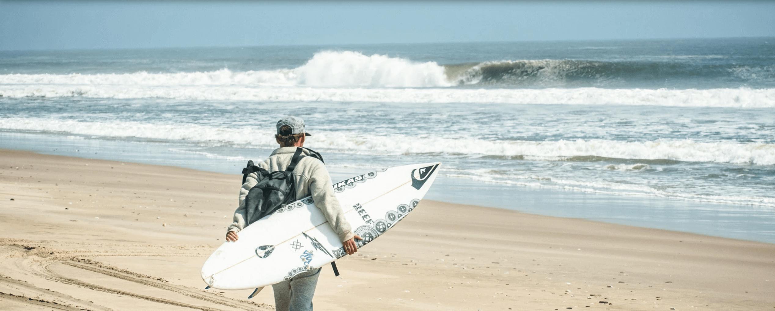 kepa acero caminando sobre las olas
