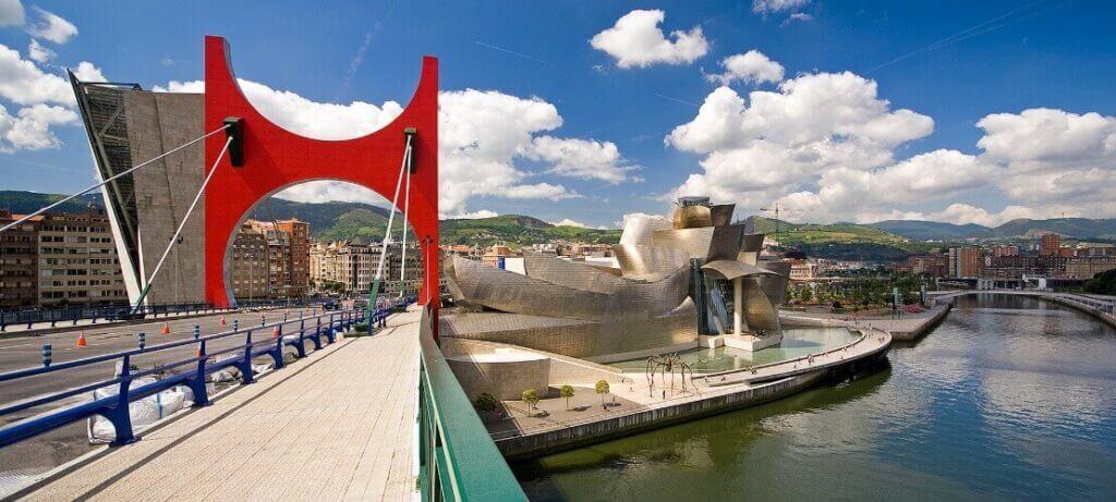 La ría de Bilbao a su paso por el puente de la Salve y el Museo Guggenheim