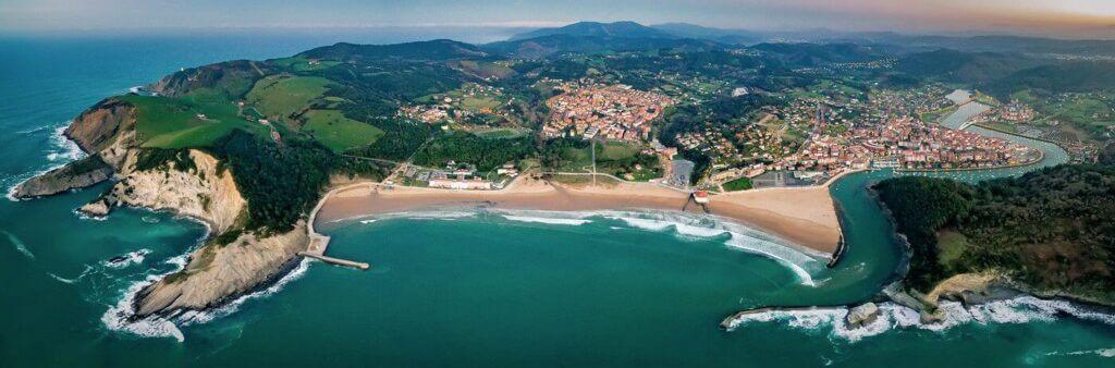 Playa de Plencia a la derecha y playa de Górliz a la izquierda