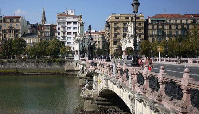 Puente de María Cristina con el Paseo de los Fueros al fondo San Sebastian