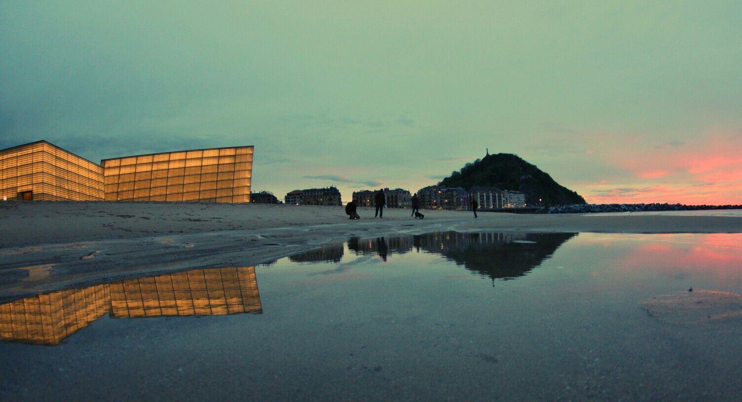 Playa de la Zurriola y el Kursaal iluminado Donostia