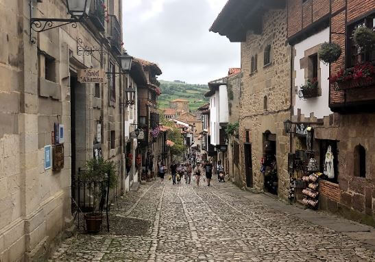 Calle principal Santillana del Mar Cantabria