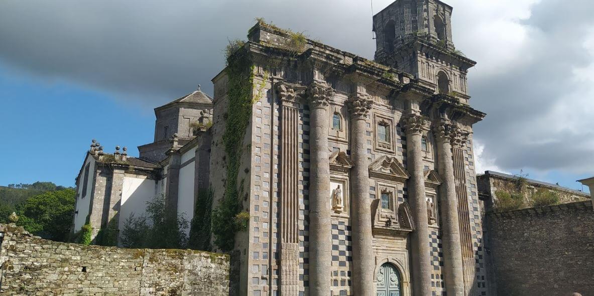 Fachada del Monasterio de Santa María de Monfero