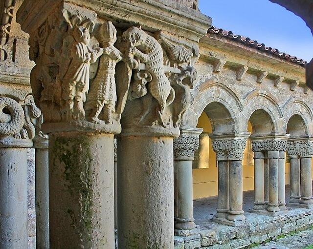 interior colegiata santillana del mar cantabria