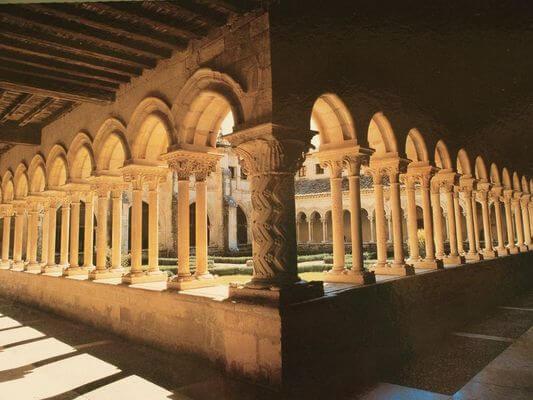 claustro colegiata santillana del mar cantabria